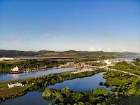 Vista aérea del Canal de Panamá cerca de la esclusa de miraflores.
